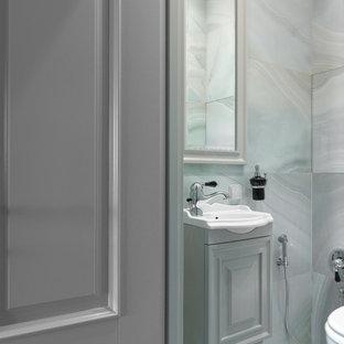 На фото: туалет в стиле современная классика с фасадами с выступающей филенкой, серыми фасадами, серой плиткой, серым полом, серыми стенами и консольной раковиной с