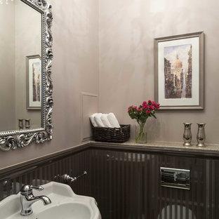 Неиссякаемый источник вдохновения для домашнего уюта: туалет в классическом стиле с розовыми стенами и раковиной с пьедесталом