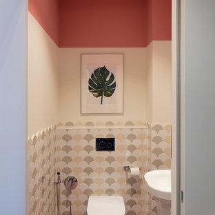 Cette image montre un WC et toilettes design avec un WC suspendu, un sol rose et un mur multicolore.