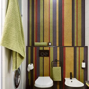 Неиссякаемый источник вдохновения для домашнего уюта: туалет в современном стиле с инсталляцией, разноцветной плиткой, плиткой мозаикой и синим полом
