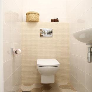 Неиссякаемый источник вдохновения для домашнего уюта: маленький туалет в современном стиле с инсталляцией, белыми стенами, полом из керамогранита и коричневым полом