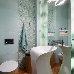 Moderne Gästetoilette mit Wandtoilette und Sockelwaschbecken in Sankt Petersburg