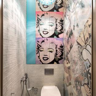 モスクワの小さいインダストリアルスタイルのおしゃれなトイレ・洗面所 (フラットパネル扉のキャビネット、青いキャビネット、壁掛け式トイレ、マルチカラーのタイル、セラミックタイル、マルチカラーの壁、セラミックタイルの床、マルチカラーの床) の写真