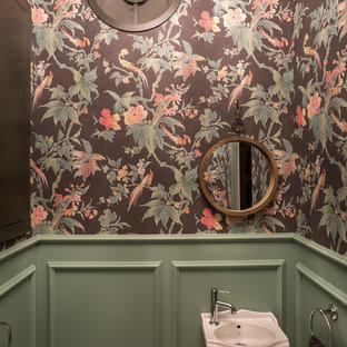 Свежая идея для дизайна: туалет в классическом стиле с зелеными стенами и подвесной раковиной - отличное фото интерьера