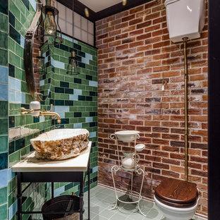 Идея дизайна: туалет в стиле фьюжн с унитазом-моноблоком, синей плиткой, зеленой плиткой, настольной раковиной, серым полом, бежевой столешницей и правильным освещением