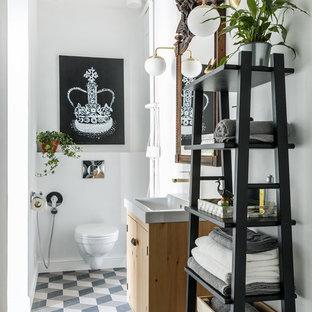 На фото: туалеты в современном стиле с плоскими фасадами, светлыми деревянными фасадами, инсталляцией, белыми стенами и разноцветным полом