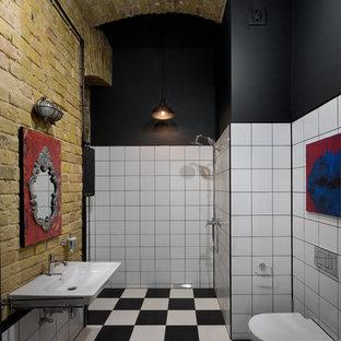 Foto di un bagno di servizio industriale di medie dimensioni con WC sospeso, piastrelle bianche, pistrelle in bianco e nero, piastrelle in ceramica, pareti bianche e lavabo sospeso
