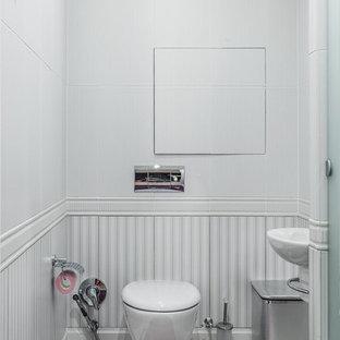 Неиссякаемый источник вдохновения для домашнего уюта: маленький туалет в классическом стиле с инсталляцией, белой плиткой, белыми стенами, подвесной раковиной, белым полом, керамической плиткой и полом из керамической плитки
