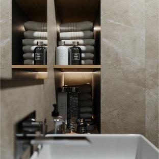 Пример оригинального дизайна: маленький туалет в скандинавском стиле с плоскими фасадами, коричневыми фасадами, инсталляцией, коричневой плиткой, керамической плиткой, коричневыми стенами, полом из керамической плитки, накладной раковиной, столешницей из дерева, черным полом и коричневой столешницей