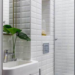 Foto de aseo contemporáneo con sanitario de dos piezas, baldosas y/o azulejos blancos y lavabo suspendido