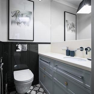 Неиссякаемый источник вдохновения для домашнего уюта: туалет в стиле фьюжн с фасадами с утопленной филенкой, серыми фасадами, инсталляцией, черно-белой плиткой, черной плиткой, белыми стенами, врезной раковиной и разноцветным полом