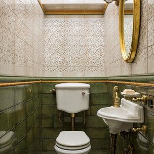 На фото: со средним бюджетом маленькие туалеты в викторианском стиле с полом из керамогранита, раздельным унитазом, зеленой плиткой, подвесной раковиной и бежевым полом