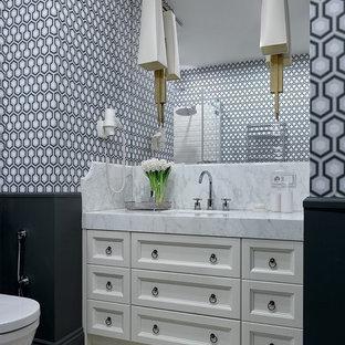 Неиссякаемый источник вдохновения для домашнего уюта: туалет в стиле современная классика с фасадами с утопленной филенкой, белыми фасадами, врезной раковиной, разноцветным полом и белой столешницей