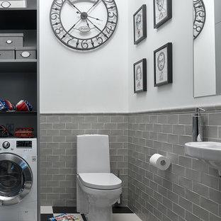 Создайте стильный интерьер: туалет в стиле современная классика с раздельным унитазом, серой плиткой, белыми стенами и подвесной раковиной - последний тренд