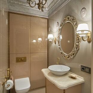 Esempio di un bagno di servizio vittoriano con ante lisce, ante beige, WC sospeso, piastrelle beige, lavabo a bacinella e pavimento beige