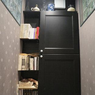 Foto de aseo romántico, pequeño, con armarios con paneles con relieve, puertas de armario negras, sanitario de una pieza, paredes negras, suelo de baldosas de porcelana y suelo negro