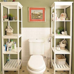 Immagine di un bagno di servizio classico con WC a due pezzi, piastrelle bianche, piastrelle diamantate e pareti verdi