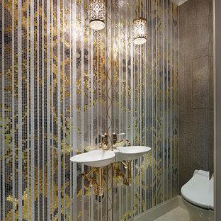 Пример оригинального дизайна интерьера: туалет в классическом стиле с инсталляцией, разноцветной плиткой, плиткой мозаикой, подвесной раковиной и бежевым полом