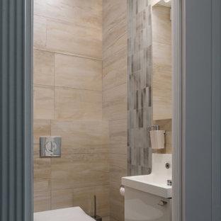 Стильный дизайн: туалет в современном стиле с плоскими фасадами, белыми фасадами, инсталляцией, бежевой плиткой и бежевым полом - последний тренд
