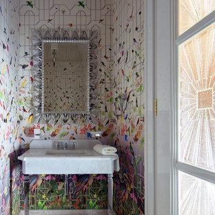 Свежая идея для дизайна: туалет в современном стиле с консольной раковиной, разноцветными стенами и бежевым полом - отличное фото интерьера