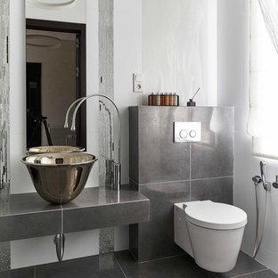 Стильный дизайн: туалет в современном стиле с инсталляцией, белыми стенами и серым полом - последний тренд