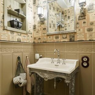 На фото: со средним бюджетом маленькие туалеты в викторианском стиле с фасадами с декоративным кантом, бежевыми фасадами, унитазом-моноблоком, бежевой плиткой, керамической плиткой, белыми стенами, полом из керамической плитки, консольной раковиной, мраморной столешницей, бежевым полом и белой столешницей