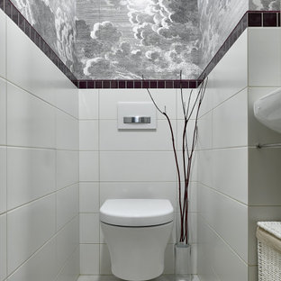 Kleine Klassische Gästetoilette mit weißen Schränken, Wandtoilette, Porzellan-Bodenfliesen, Wandwaschbecken, grauem Boden und weißer Waschtischplatte in Moskau