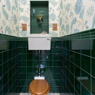 Свежая идея для дизайна: маленький туалет в классическом стиле с унитазом-моноблоком, зеленой плиткой, керамической плиткой, разноцветными стенами и полом из керамогранита - отличное фото интерьера