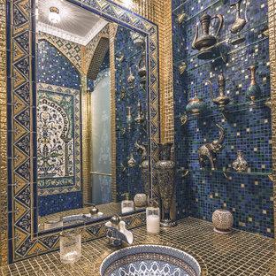 Пример оригинального дизайна: туалет в викторианском стиле с плоскими фасадами, синей плиткой, разноцветной плиткой и монолитной раковиной