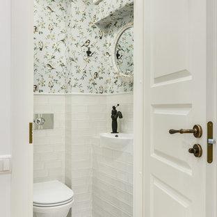 Imagen de aseo nórdico con sanitario de pared, lavabo encastrado, baldosas y/o azulejos blancos, paredes multicolor y suelo multicolor