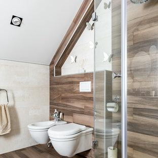 Cette photo montre un WC et toilettes tendance de taille moyenne avec un placard à porte plane, des portes de placard blanches, un bidet, un carrelage beige, des carreaux de céramique, un plan de toilette en surface solide et un plan de toilette blanc.