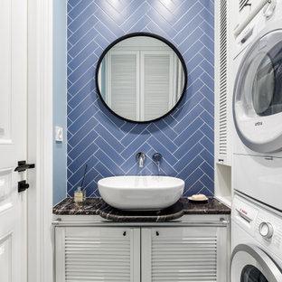 Diseño de aseo tradicional, pequeño, con puertas de armario blancas, baldosas y/o azulejos azules, baldosas y/o azulejos de cerámica, lavabo sobreencimera, encimeras negras, armarios con puertas mallorquinas, paredes azules y suelo multicolor