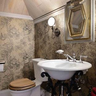 Новый формат декора квартиры: маленький туалет в викторианском стиле с раздельным унитазом, разноцветным полом, настольной раковиной, коричневыми стенами и бетонным полом