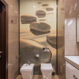 Idées déco pour un grand WC et toilettes contemporain avec un placard à porte plane, des portes de placard blanches, un carrelage beige, des carreaux de porcelaine, un sol en travertin, un bidet, un sol beige et une vasque.