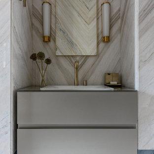 Свежая идея для дизайна: туалет в современном стиле с плоскими фасадами, серыми фасадами, накладной раковиной и серой столешницей - отличное фото интерьера