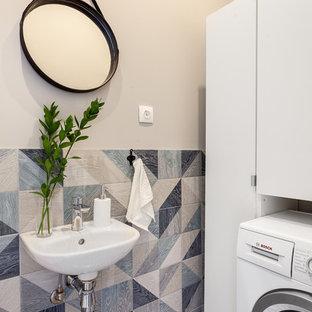 Идея дизайна: туалет в скандинавском стиле с раздельным унитазом, синей плиткой, керамической плиткой, серыми стенами, полом из керамогранита и подвесной раковиной