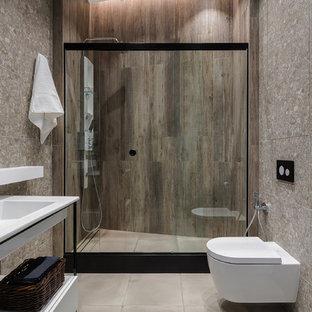 Пример оригинального дизайна: маленький туалет в современном стиле с плиткой из листового камня, зелеными стенами и полом из мозаичной плитки