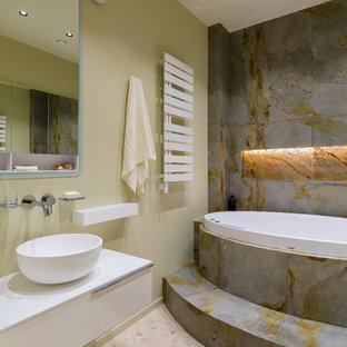 Diseño de aseo contemporáneo, pequeño, con losas de piedra, paredes verdes y suelo con mosaicos de baldosas