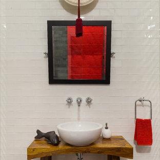 Неиссякаемый источник вдохновения для домашнего уюта: туалет в восточном стиле с белой плиткой, белыми стенами, настольной раковиной и открытыми фасадами