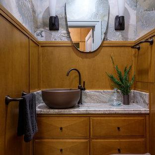 Свежая идея для дизайна: маленький туалет в стиле неоклассика (современная классика) с фасадами с выступающей филенкой, настольной раковиной, мраморной столешницей, фасадами цвета дерева среднего тона и бежевой столешницей - отличное фото интерьера