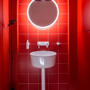 Idées déco pour un petit WC et toilettes contemporain avec un placard à porte plane, des portes de placard rouges, un WC suspendu, un carrelage rouge, des carreaux de céramique, un mur rouge, un lavabo suspendu et un sol blanc.