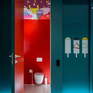 Свежая идея для дизайна: маленький туалет в современном стиле с плоскими фасадами, красными фасадами, инсталляцией, красной плиткой, керамической плиткой, красными стенами, подвесной раковиной и белым полом - отличное фото интерьера
