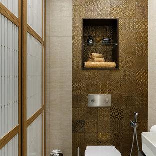 Стильный дизайн: маленький туалет в современном стиле с инсталляцией, коричневой плиткой и керамогранитной плиткой - последний тренд