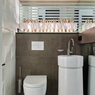 Идея дизайна: туалет среднего размера в современном стиле с инсталляцией, белой плиткой, коричневой плиткой, керамической плиткой, полом из керамогранита, монолитной раковиной и коричневым полом