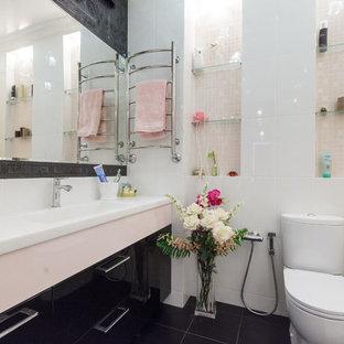 Неиссякаемый источник вдохновения для домашнего уюта: маленький туалет в современном стиле с черными фасадами, розовой плиткой и столешницей из искусственного камня
