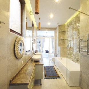 Große Eklektische Gästetoilette mit flächenbündigen Schrankfronten, weißen Schränken, Wandtoilette, weißen Fliesen, Porzellanfliesen, grauer Wandfarbe, Keramikboden, Aufsatzwaschbecken, Marmor-Waschbecken/Waschtisch, grauem Boden, brauner Waschtischplatte, freistehendem Waschtisch, eingelassener Decke und Wandpaneelen in Moskau