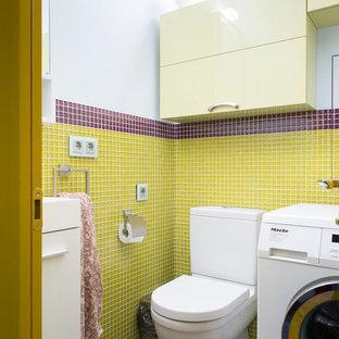 На фото: со средним бюджетом маленькие туалеты в современном стиле с плоскими фасадами, желтыми фасадами, желтой плиткой, красной плиткой, плиткой мозаикой, полом из мозаичной плитки и раздельным унитазом