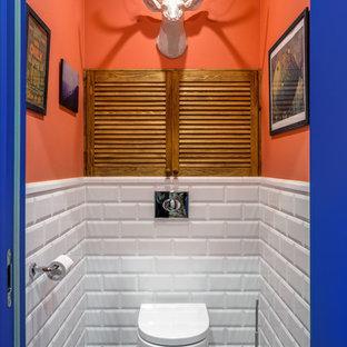 Новые идеи обустройства дома: маленький туалет в скандинавском стиле с инсталляцией, белой плиткой, керамической плиткой, оранжевыми стенами, полом из керамогранита и синим полом