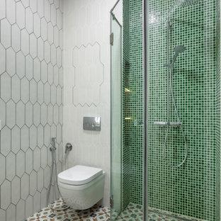 Источник вдохновения для домашнего уюта: ванная комната в современном стиле с душем без бортиков, зеленой плиткой, плиткой мозаикой, душевой кабиной и душем с распашными дверями