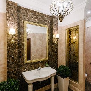Неиссякаемый источник вдохновения для домашнего уюта: туалет в классическом стиле с коричневой плиткой, плиткой мозаикой, консольной раковиной и серым полом